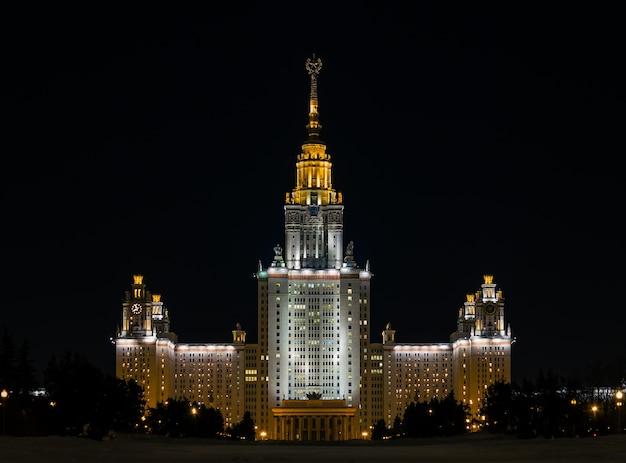 Le bâtiment principal de l'université d'état de moscou sur les collines de vorobyovy en hiver avec éclairage nocturne