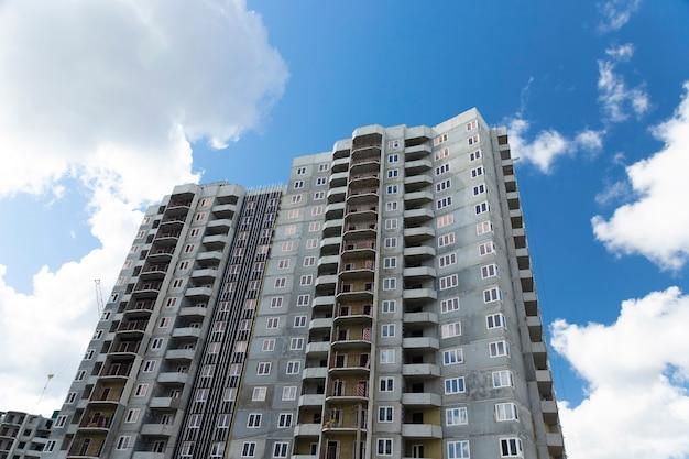 Un bâtiment résidentiel de panneau moderne typique en construction
