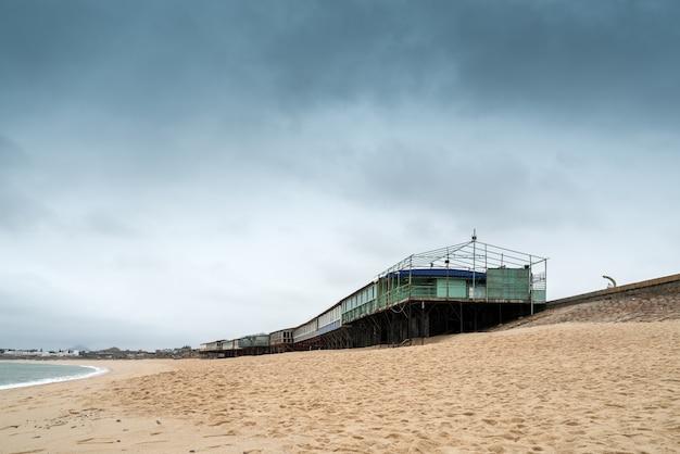 Bâtiment temporaire au bord de la mer