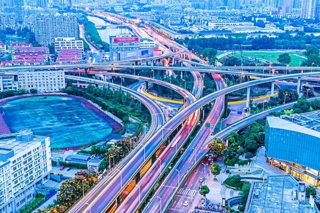 Bâtiment urbain moderne et véhicules routiers, vue de nuit
