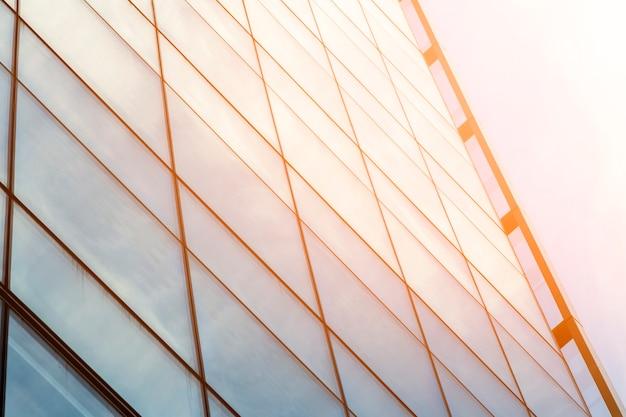 Bâtiment en verre à faible angle avec lumière du soleil