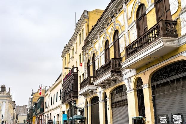 Bâtiments coloniaux avec balcons à lima. patrimoine mondial de l'unesco au pérou
