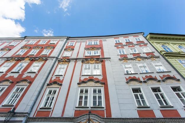 Bâtiments colorés à l'architecture traditionnelle à l'intérieur de la vieille ville de prague, république tchèque