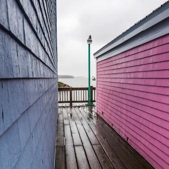 Bâtiments colorés à spinnakers landing, summerside, île-du-prince-édouard, canada