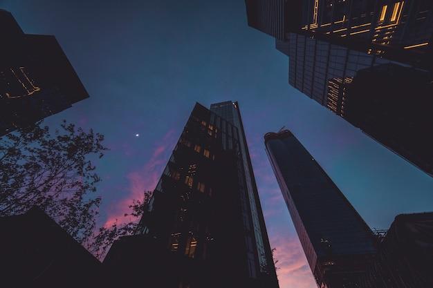 Bâtiments corporatifs à new york à l'heure bleue