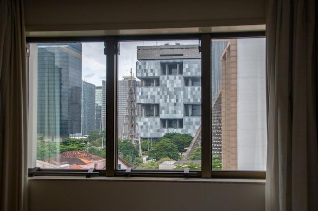 Bâtiments dans le centre de rio de janeiro vu d'une terrasse à rio de janeiro au brésil.