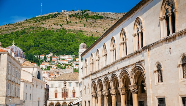 Bâtiments dans la rue à côté du célèbre stradun, parmi eux le palais du recteur, dubrovnik, croatie