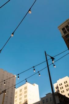 Bâtiments donnant sur les guirlandes lumineuses dans la rue