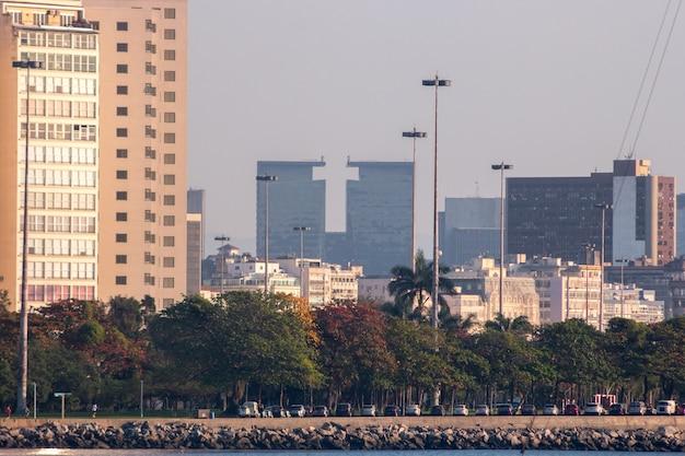 Bâtiments du centre-ville vus du quartier urca à rio de janeiro, brésil.