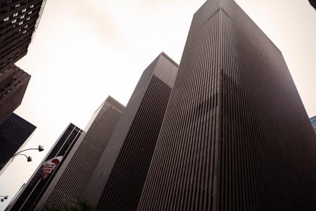 Les bâtiments élevés en noir et blanc