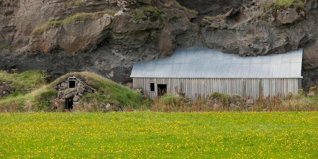 Bâtiments de ferme enterrés sous la roche volcanique