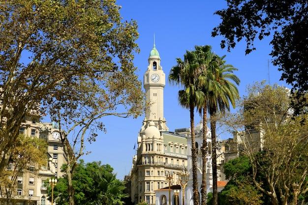 Bâtiments historiques du centre-ville de buenos aires vue de la plaza de mayo, argentine