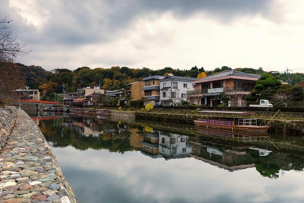 Bâtiments de maison de thé et de restaurant le long de la rivière uji avec des couleurs d'automne