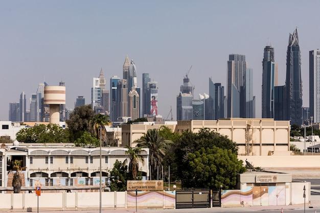 Bâtiments modernes dans la marina de dubaï. dans la ville de longueur de canal artificiel de 3 kilomètres le long du golfe persique.