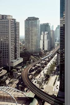 Les bâtiments modernes des gratte-ciel de la ville