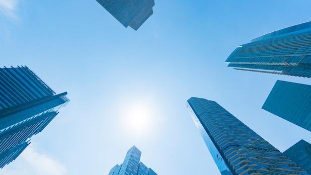 Bâtiments modernes de mur de verre de perspective motif extérieur bleu.