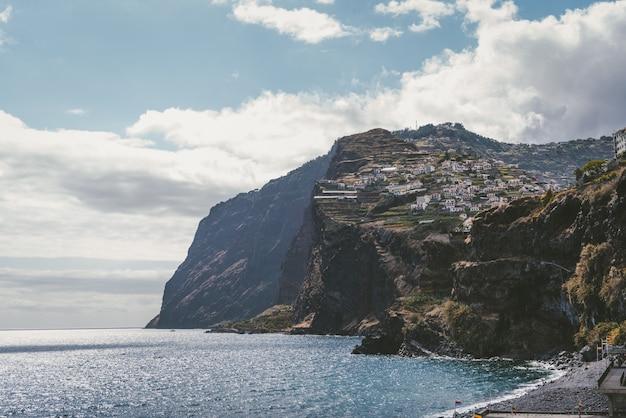 Bâtiments sur les montagnes près de la mer à funchal, madeira, portugal.