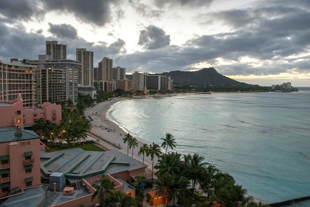 Bâtiments à la plage, waikiki, honolulu, oahu, hawaii, états-unis