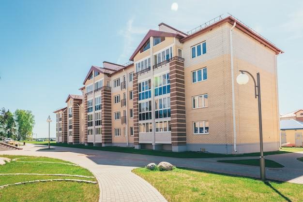 Bâtiments résidentiels avec balcons dans la ville, développement urbain d'immeubles d'habitation. ostrovets, biélorussie