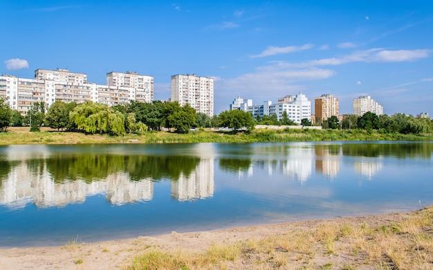 Bâtiments résidentiels sur un lac à kiev