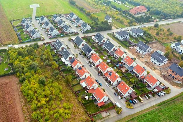 Bâtiments résidentiels modernes privés d'une hauteur. quartier privé avec de belles maisons