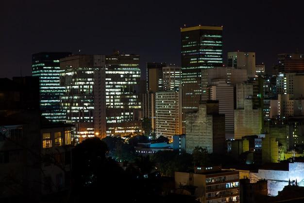 Bâtiments de rio de janeiro au centre-ville la nuit