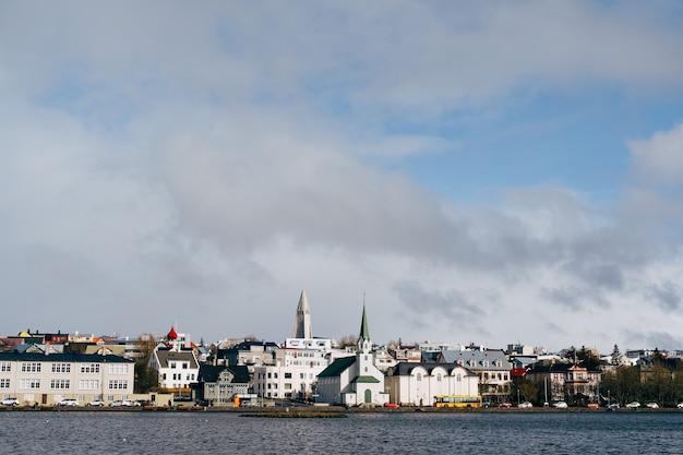 Bâtiments sur la rive du lac tjodnin à reykjavik la capitale de l'islande