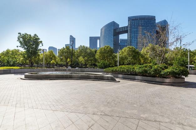 Bâtiments avec sol carré de béton vide, qianjiang new town, hangzhou, chine