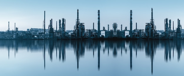 Bâtiments d'usine modernes et équipements chimiques