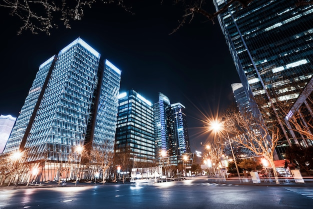 Bâtiments de la ville de shanghai dans la nuit et les lumières de la voiture floue