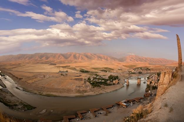 Batman, turquie. village de hasankeyf (sud-est de l'anatolie). vue aérienne de la forteresse sur le tigre avec les vestiges du vieux pont.