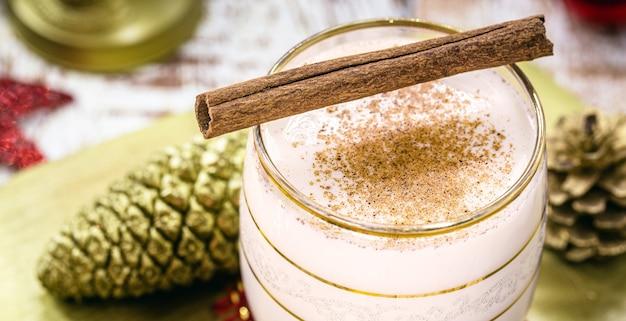 Bâton de cannelle décorant le verre de lait de poule de noël, foyer de tache