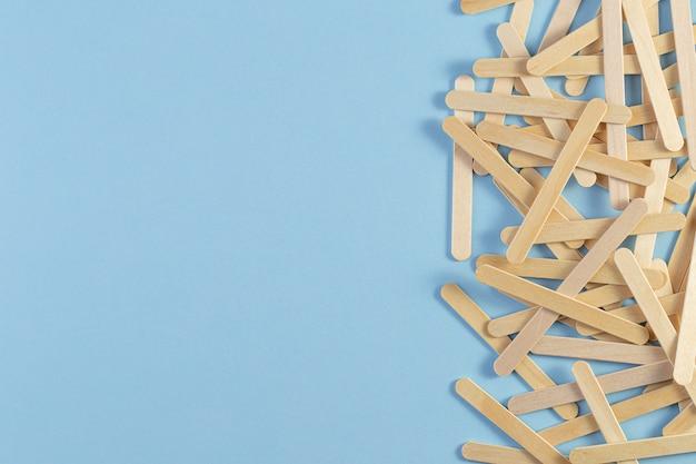 Bâton de crème glacée en bois sur fond bleu