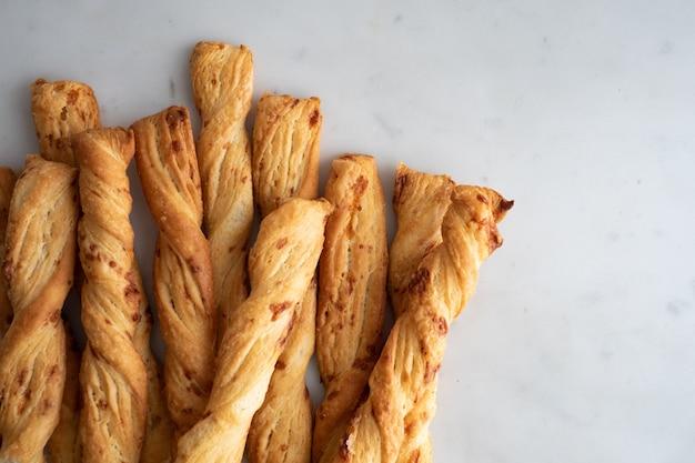 Bâton à fromage, baguettes de pain au fromage sur fond de marbre