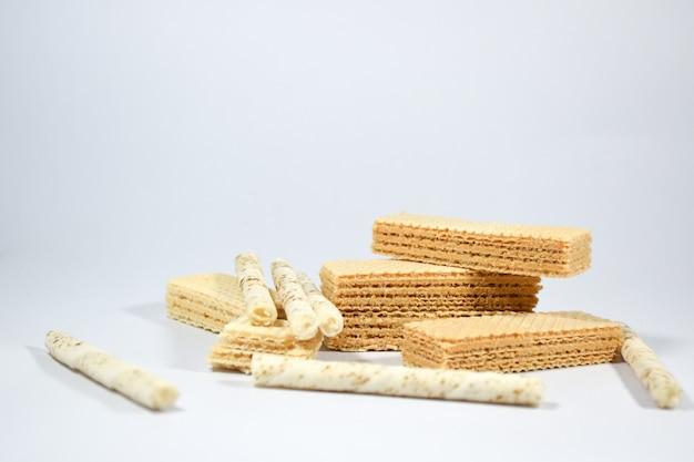 Bâton de gaufrette farci à la crème de vanille et au lait sur fond blanc