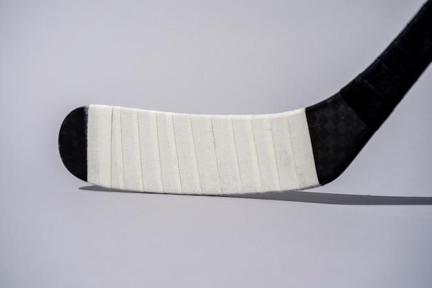 Bâton de hockey sur glace sur fond blanc isolé