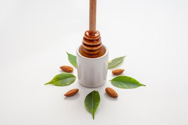 Bâton de miel gros plan entouré de feuilles