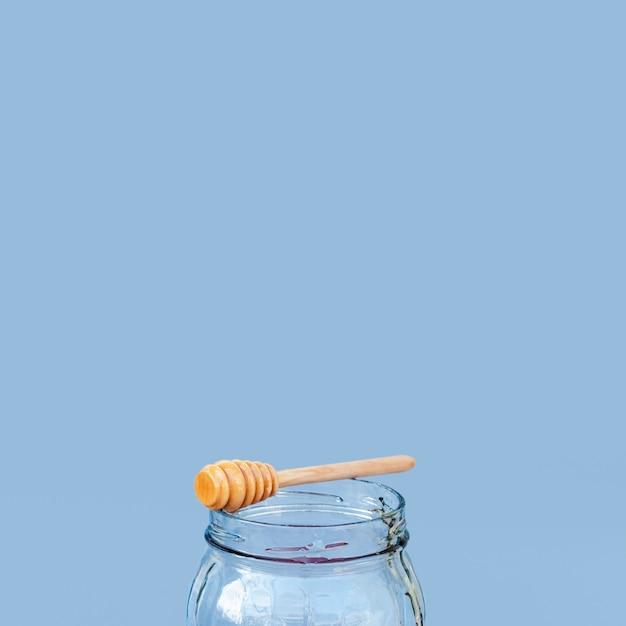 Bâton de miel sur un pot avec espace de copie