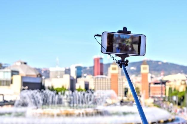 Bâton de selfie sur fond de ciel bleu. téléphone intelligent, barcelone, espagne