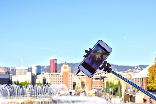 Bâton de selfie sur fond de ciel bleu. téléphone intelligent