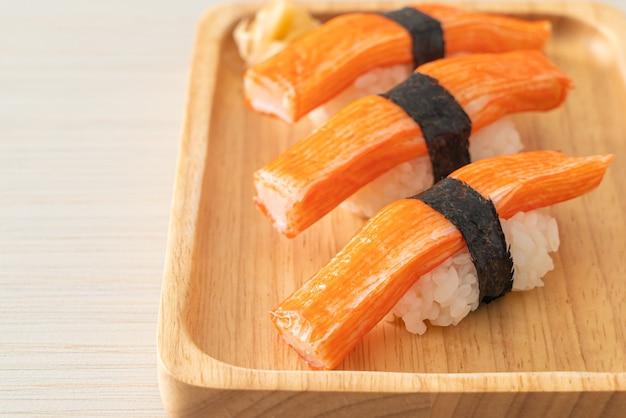 Bâtonnet de crabe sushi sur plaque de bois - style de cuisine japonaise