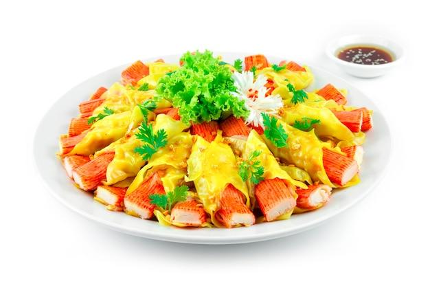 Bâtonnet de crabe wonton dumplings chinois style fusion saupoudrer d'ail croustillant décorer les légumes sideview