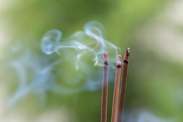 Bâtonnet d'encens et fumée d'encens brûlant. belle fumée.