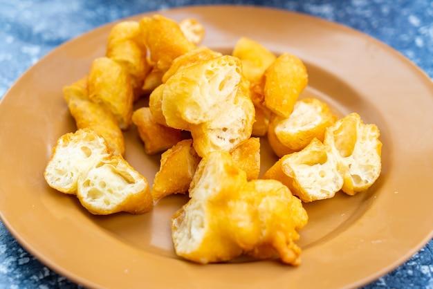 Bâtonnet de pâte frit. une sorte de friandise à la farine chinoise