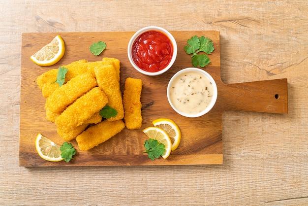 Bâtonnet de poisson frit ou frites de poisson avec sauce