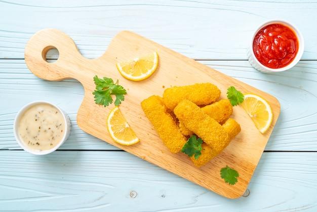 Bâtonnet de poisson frit ou poisson frites avec sauce