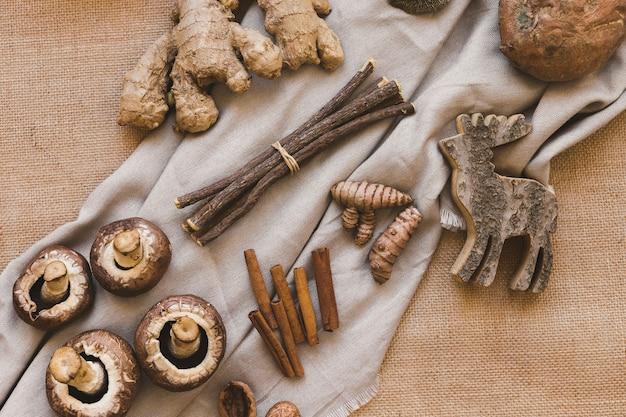 Bâtonnets de bois et wapiti près d'épices et de champignons