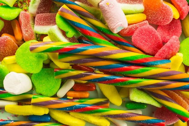 Bâtonnets de bonbons sur des bonbons