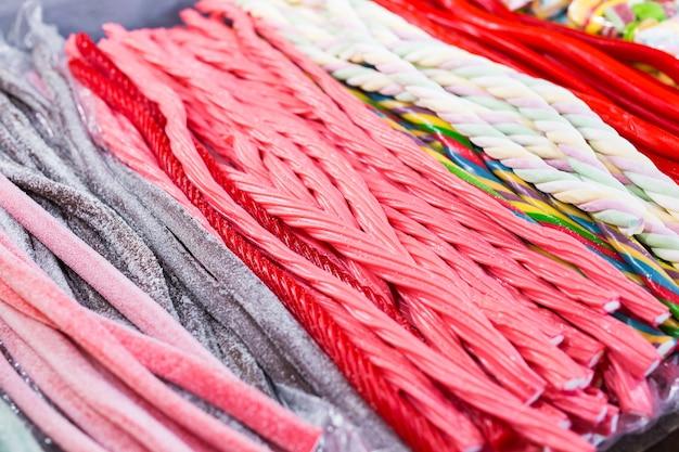Bâtonnets de bonbons dans toutes les couleurs et toutes les apparences