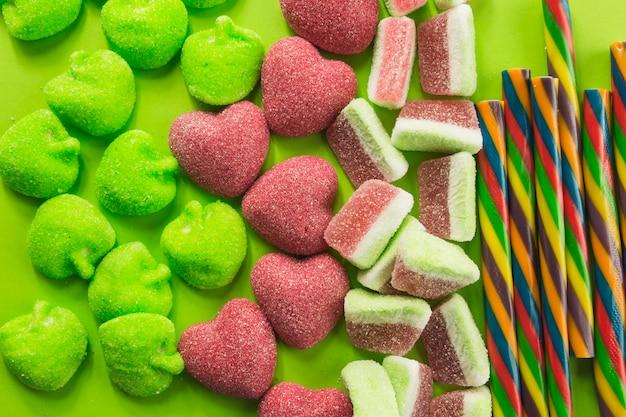 Bâtonnets de bonbons près de gummies